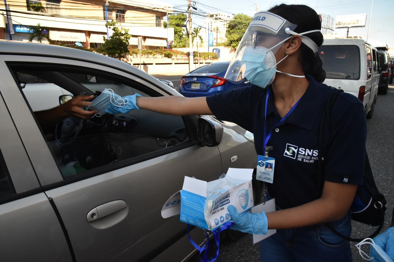 SNS y ADN entregan mascarillas en diferentes avenidas de la capital
