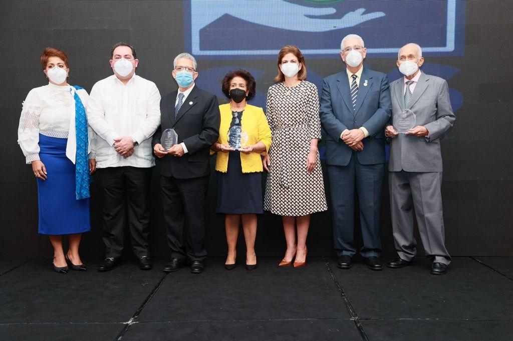 Lee más sobre el artículo SNS premia regionales y provincias destacadas en gestión odontológica